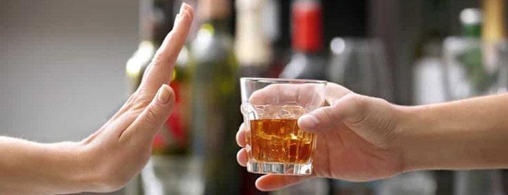 از نوشیدن مشروبات الکلی خودداری کنیدبرای درمان طبیعی فشار خون پایین